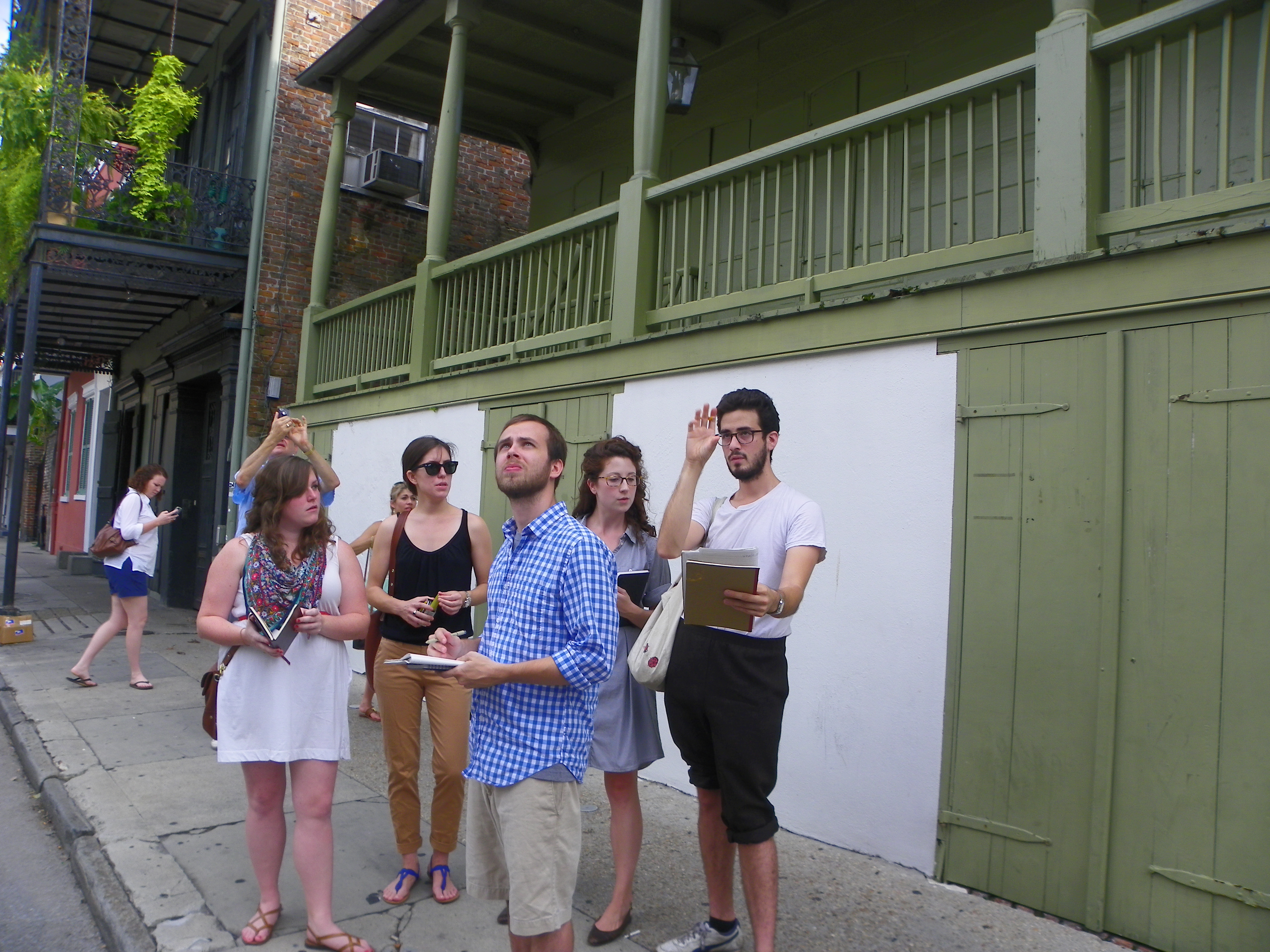 students on sidewalk in French Quarter drawing buildings